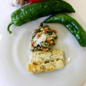 Merluza al eneldo y verduras salteadas con queso crema