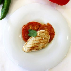 Pollo al jengibre con tomate asado